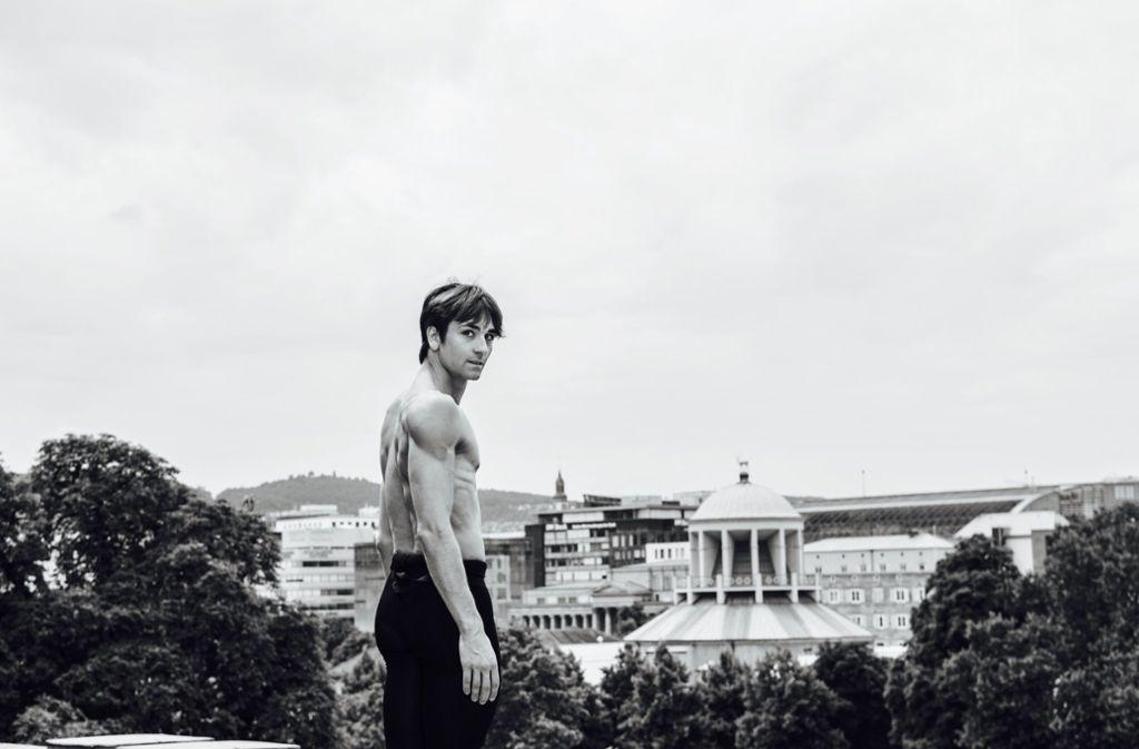 In Stuttgart zu Hause, in der Welt des Balletts ein Star: Der Tänzer Friedemann Vogel mit Blick auf seine Heimatstadt. Foto: SWR/Youn Sik Kim