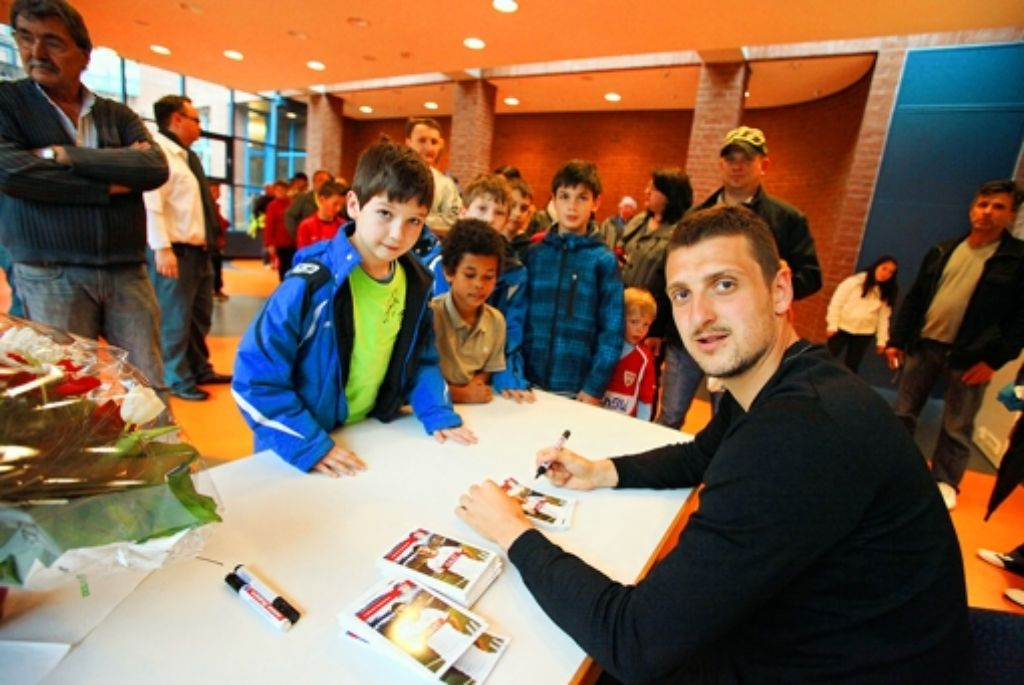 Zdravko Kuzmanovic signiert fleißig Autogrammkarten. Foto: Patricia Sigerist
