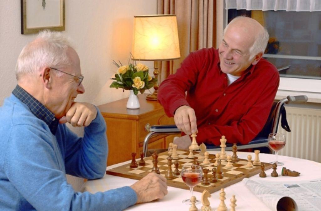 Gemeinsam Freizeit verbringen und sich gegenseitig unterstützen: Eine Wohngemeinschaft kann für ältere Menschen eine Option sein. Foto: dpa