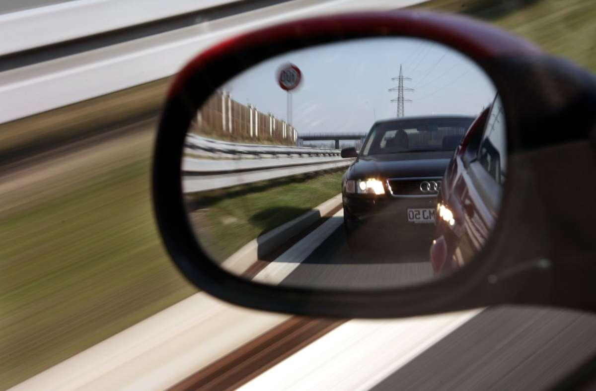 Der Unbekannte soll dem BMW dicht aufgefahren sein – doch damit nicht genug. Foto: dpa/Marcus Führer