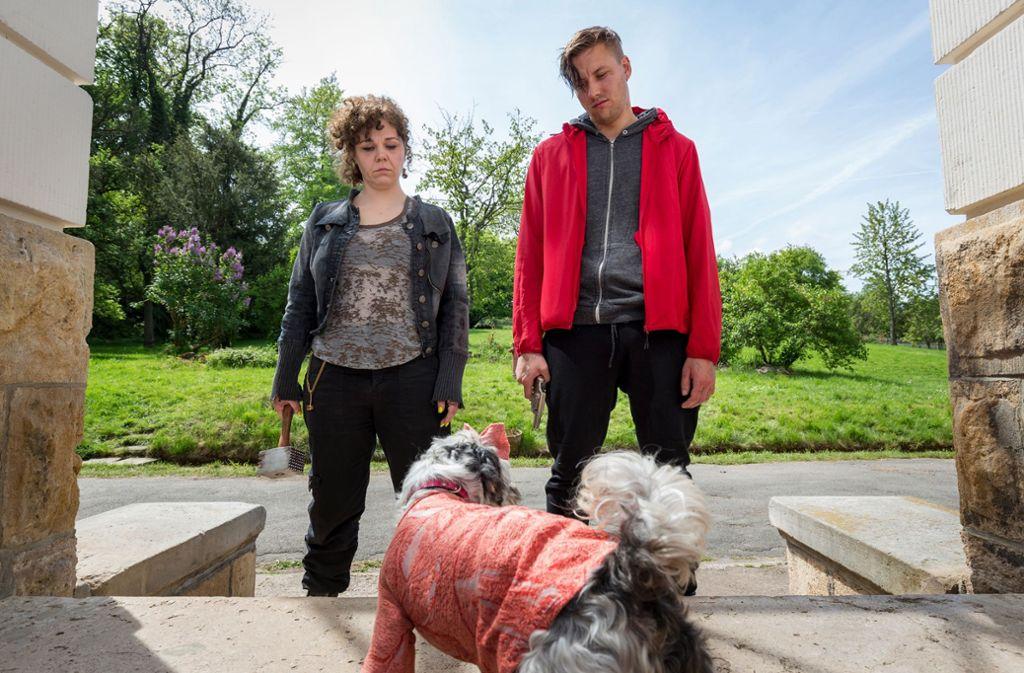 Ginger (vorne im feinen Strickpulli) legt sich mit den beiden Entführern an. Foto: MDR/Steffen Junghans
