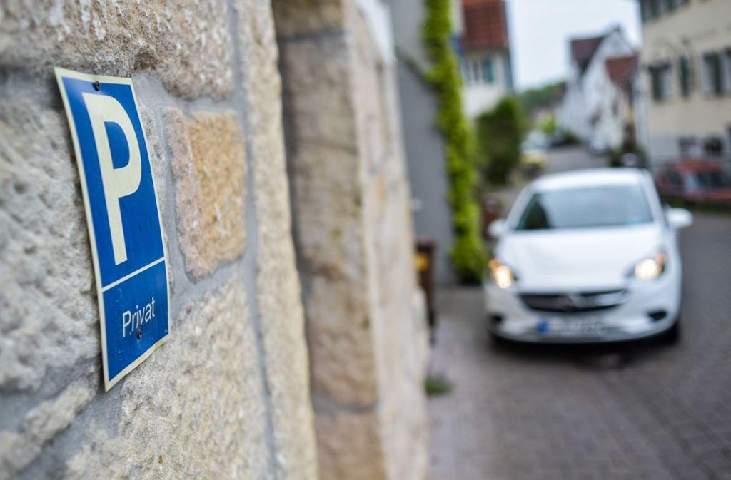 Streitfall Rohrackerstraße: Privat ist die Hauswand, aber ist es auch der Parkplatz davor? Foto: Lichtgut/Max Kovalenko