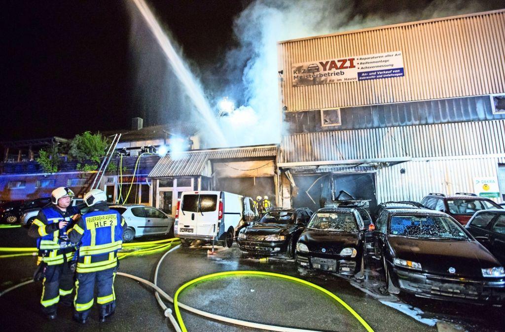 Das Feuer in der Autowerkstatt brach gegen 1.40 Uhr am Freitag aus. 134 Feuerwehrleute kämpften mehrere Stunden gegen die Flammen. Foto: 7aktuell/Adomat