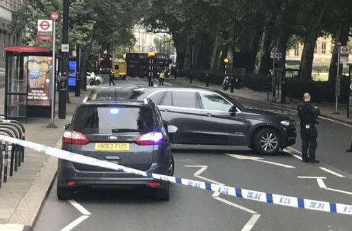 Auto prallt vor Parlament in Absperrungen – Anti-Terror-Einheit ermittelt
