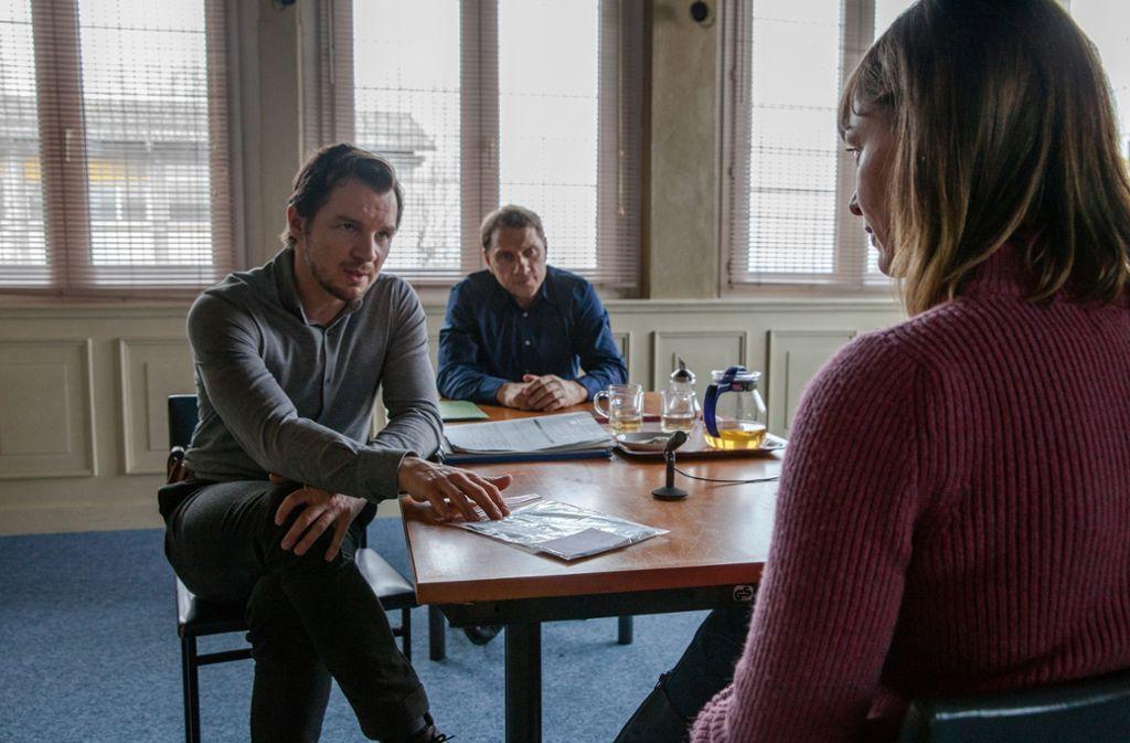 Die Stuttgarter Kommissare Lannert (Richy Müller, li.) und Bootz (Felix Klare) verhören Pflegerin Anne Werner (Katharina Marie Schubert). Foto: SWR/Maor Waisburd