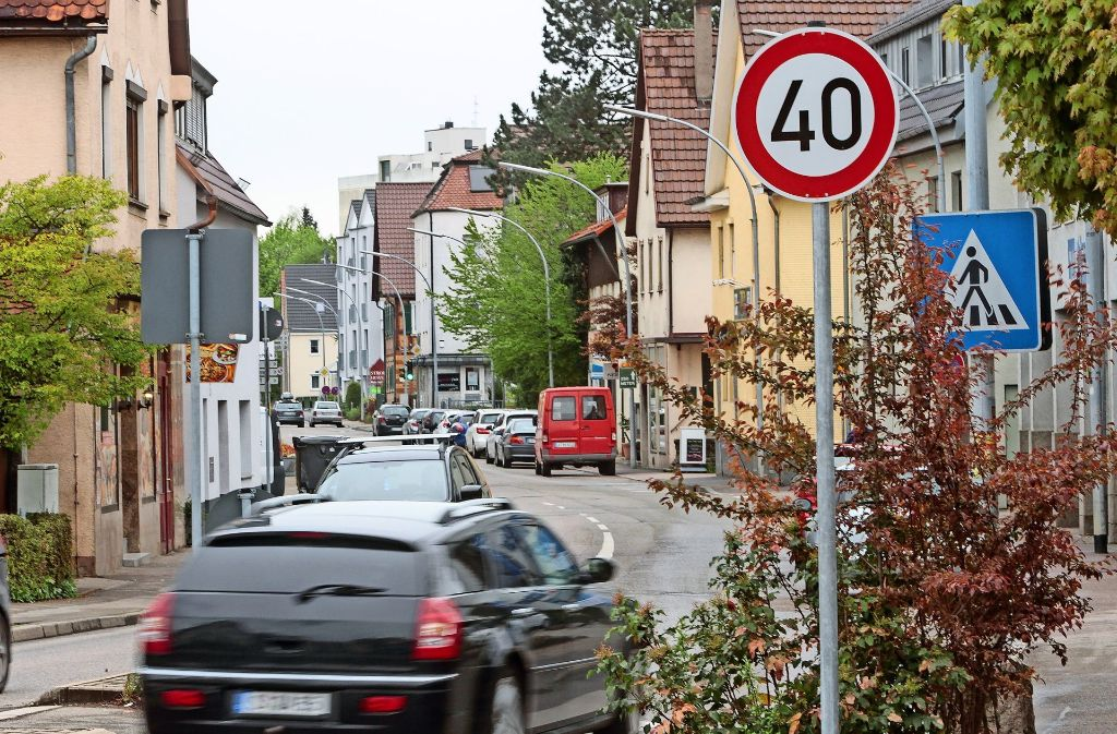 Seit Dienstag darf in der Stuttgarter Straße noch  maximal Tempo 40 gefahren werden. Für die  Anwohner soll es dadurch leiser werden. Foto: factum/Bach