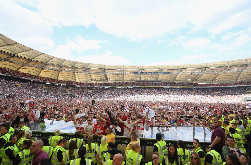 Der Tag des Triumphes: VfB-Fans stürmen am 21. Mai den Platz in der Mercedes-Benz-Arena und lassen auch das eine oder andere Stück Rasen mitgehen. Foto: Bongarts
