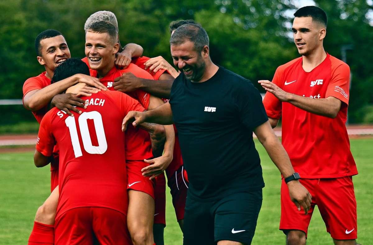 Dominic Sessa (Nummer 10), selbst Torschütze, und seine Fellbacher Teamgefährten feiern Tamás Herbály. Foto: Maximilian Hamm