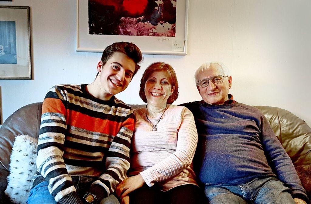 Tony Alnasri und seine Tante Rona wohnen bei Walter Nothelfer (rechts). Auch Rona heißt heute Nothelfer. Sie und Walter Nothelfer sind inzwischen verheiratet. Foto: StZ