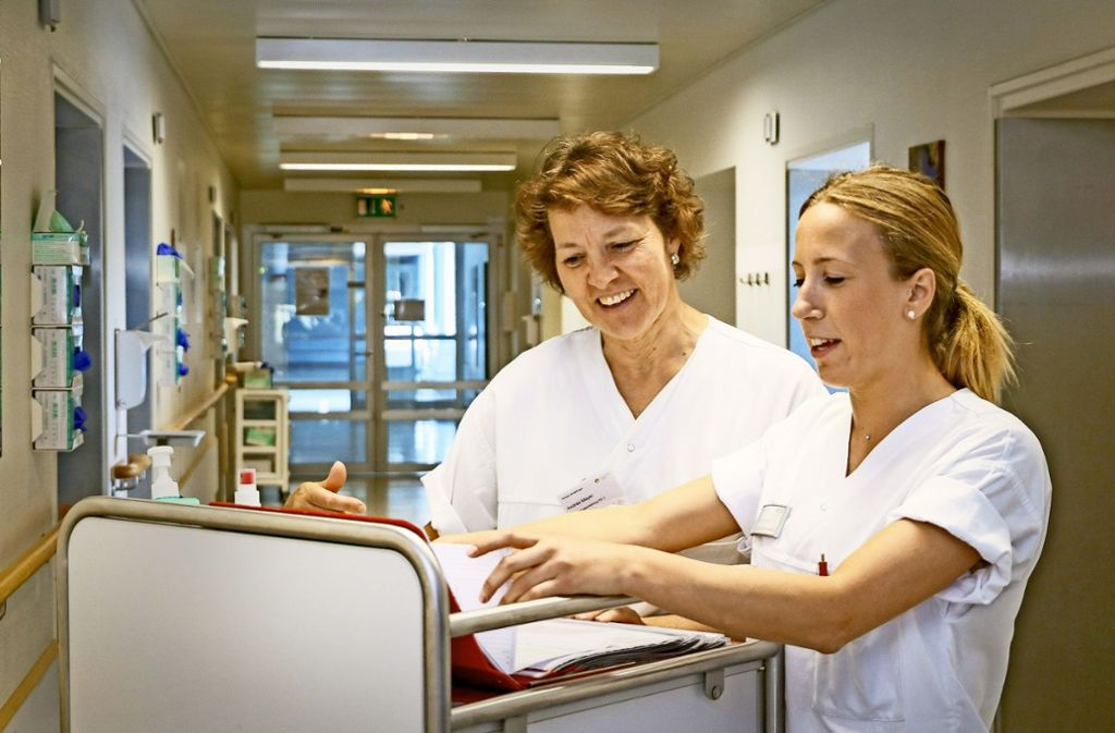 Eliana Brambilla (rechts) bei der Schichtübergabe mit der Stationsleiterin Andrea Meyer. Seit drei Jahren arbeitet die  junge Italienerin auf der Intensivstation der  Sindelfinger Klinik. . Foto: factum/Granville