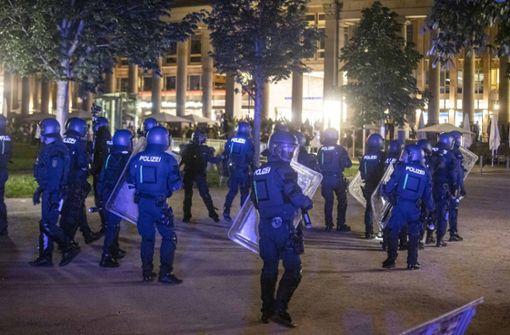 Großeinsatz der Polizei gegen Randalierer und Plünderer