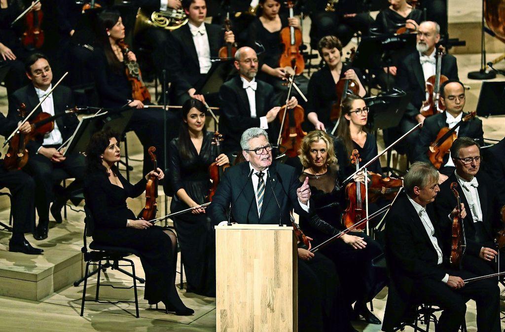 """""""Amphitheater der Tonkunst"""" nennt Bundespräsident Gauck beim Eröffnungskonzert die Elbphilharmonie Foto: dpa"""