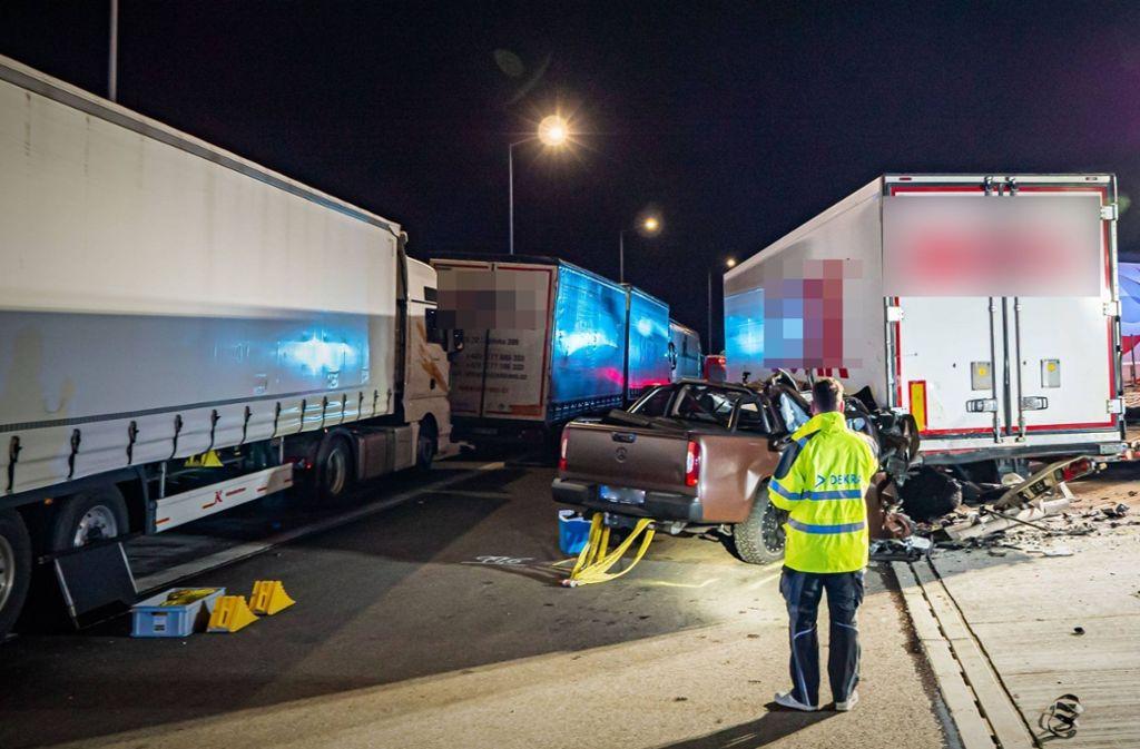 Die Insassen dieses Mercedes sind bei dem Unfall ums Leben gekommen. Foto: 7aktuell.de/Alexander Hald