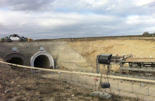 Zwischen Wendlingen und Ulm sind am Freitagnachmittag bei Hohenstadt die beiden fast fünf Kilometer langen Röhren des Steinbühltunnels symbolisch durchschlagen worden. Foto: StZ