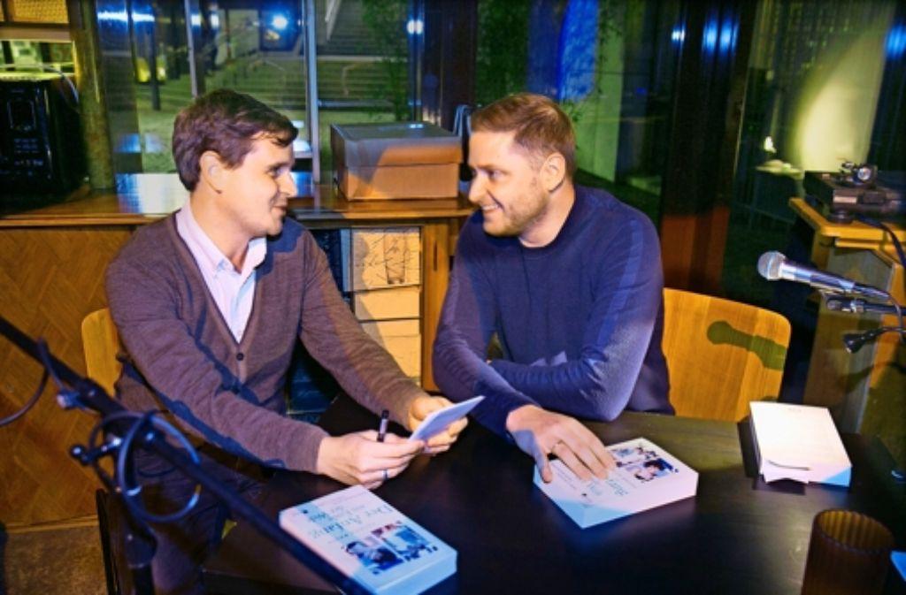 Patrick Bauer (rechts) hat im Gespräch mit StZ-Redakteur Ingmar Volkmann verraten, wie er bei seinen Recherchen in die  eigene Familiengeschichte eingetaucht ist. Foto: Lg/ Horst Rudel