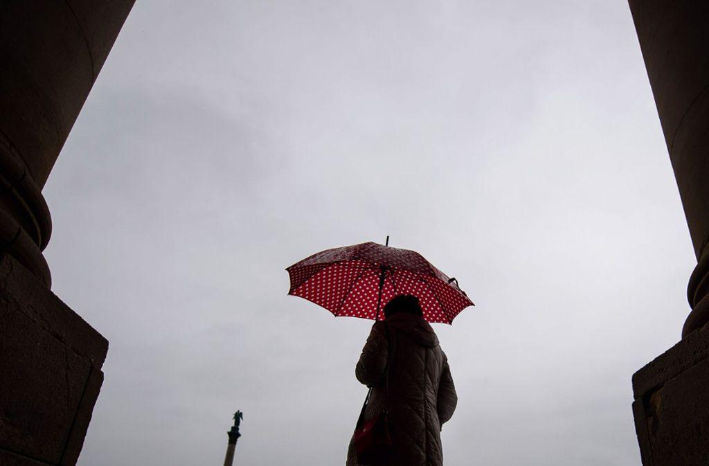 Über das Wochenende bleibt das kalte Regenwetter bestehen. Foto: dpa