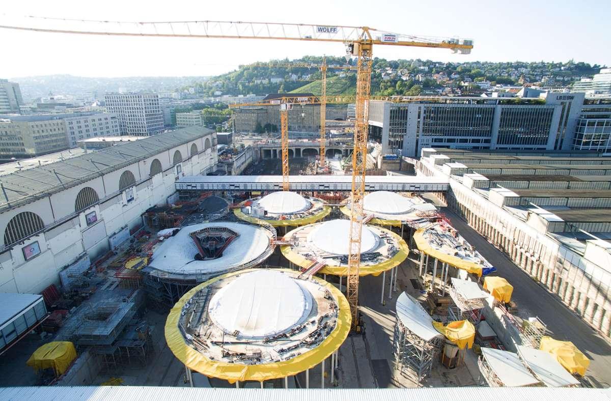 Die Aufnahmen mit einer Drohne zeigen die Kelchstützen des künftigen Tiefbahnhofs. Foto: dpa/Sebastian Gollnow