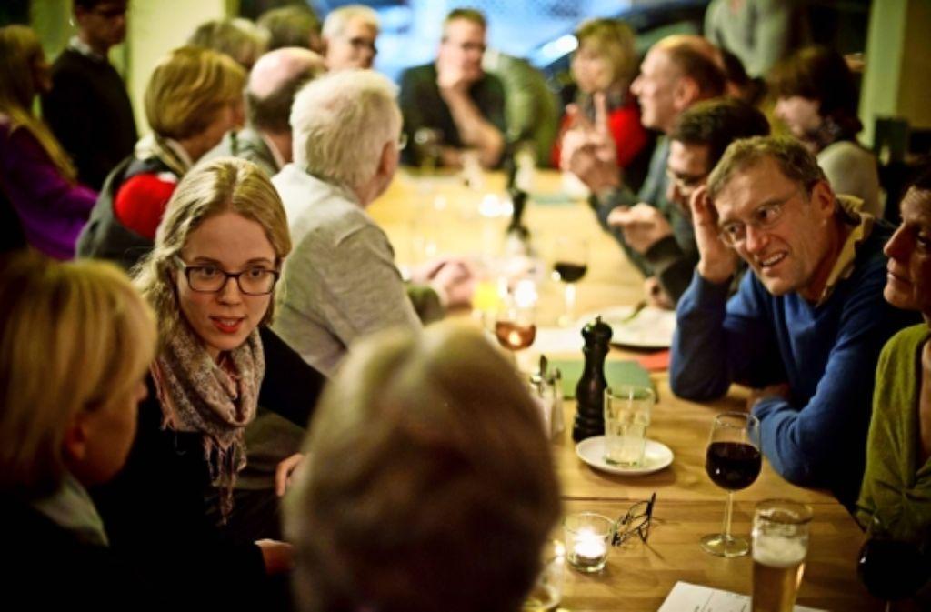 Volontärin Violetta Hagen (links) im Gespräch mit Lesern Foto: Lichtgut/Max Kovalenko