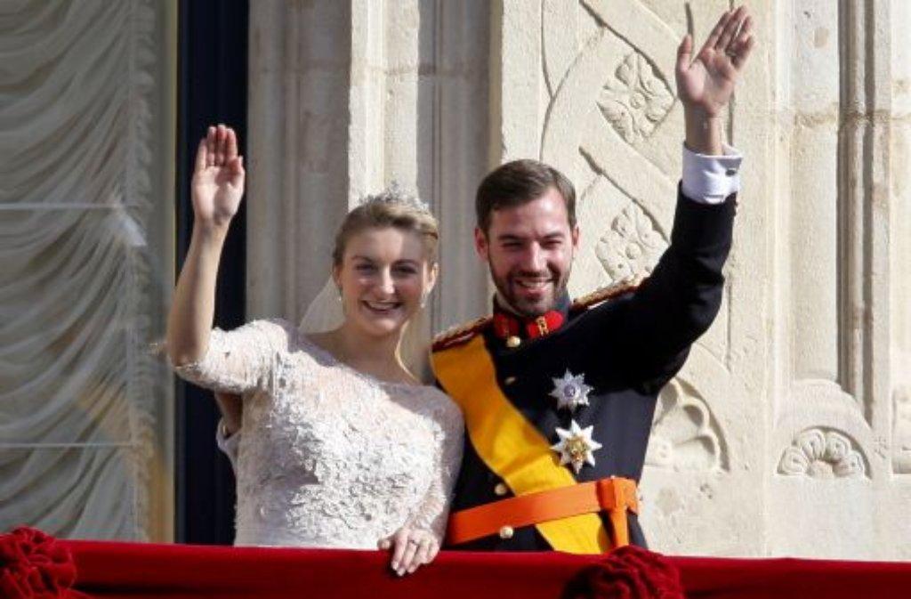 Luxemburgs Traumpaar: Erbgroßherzog Guillaume und seine frisch vermählte Frau Stéphanie auf dem Balkon des großherzoglichen Palasts. Foto: AP