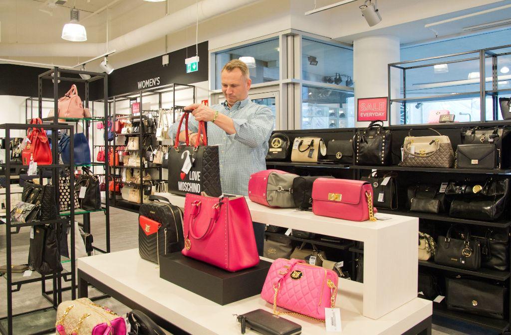 """2500 noble Handtaschen bietet das Sortiment im """"Saks Off 5th""""-Store. Foto: Lichtgut - Oliver Willikonsky"""