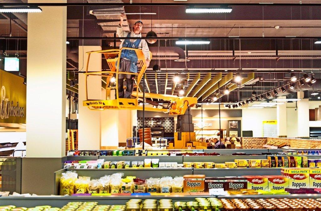 Die Regale sind größtenteils gefüllt, die letzten Arbeiten im Gange. Foto: factum/Granville