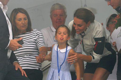 Kecke Prinzessin Charlotte steckt die Zunge heraus
