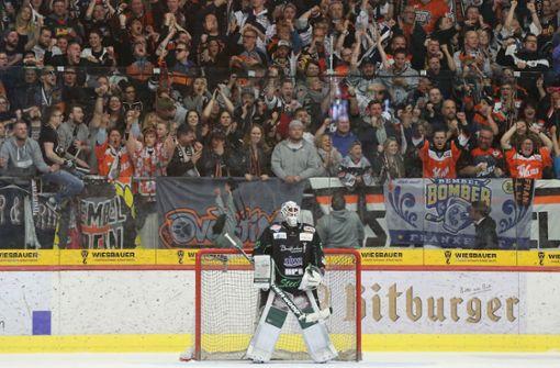 Müssen Eishockey-Fans mit Maske anfeuern?