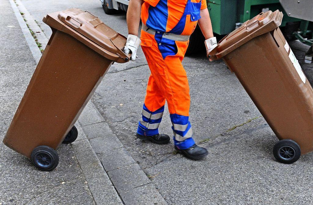 Der städtische Abfallbetrieb AWS holt die braune Tonne nicht automatisch ab, sondern nur, wenn sie am Gehwegrand positioniert wird. Foto: dpa