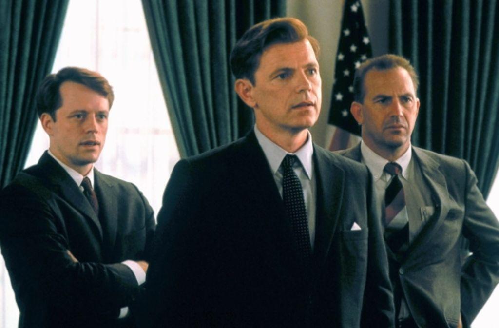 """John F. Kennedy hat Filme und TV-Serien inspiriert – wie hier den Kinofilm """"Thirteen Days"""". In der Bilderstrecke beleuchten wir den Mythos Kennedy. Foto: Kinowelt"""
