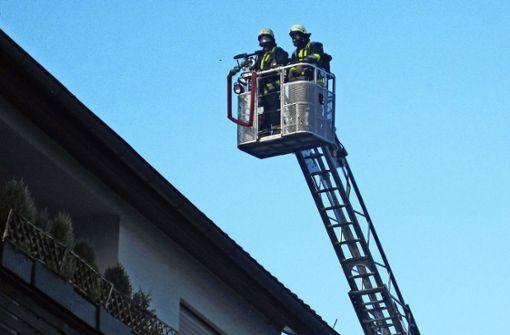 Dachstuhl eines Mehrfamilienhauses brennt lichterloh
