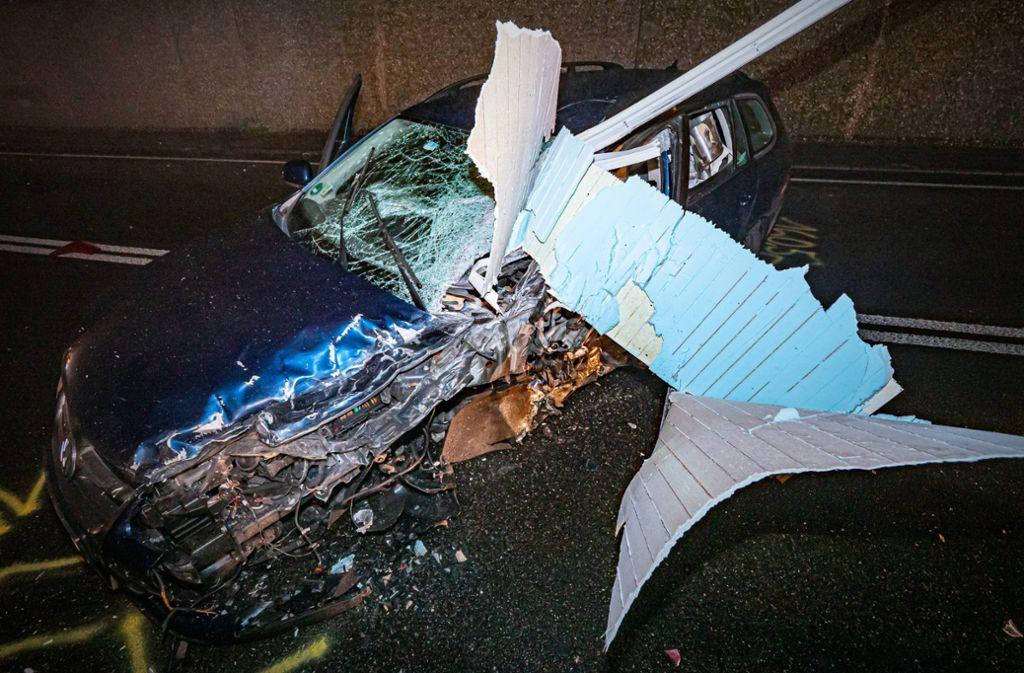 Der VW, der auf die Gegenfahrbahn geraten war, wurde schwer beschädigt.. Foto: 7aktuell.de/Alexander Hald