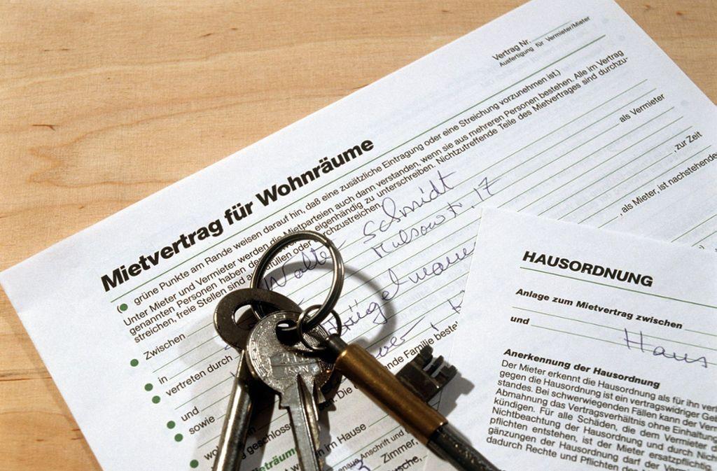 Heißbegehrt: ein Mietvertrag für eine bezahlbare Wohnung Foto: dpa