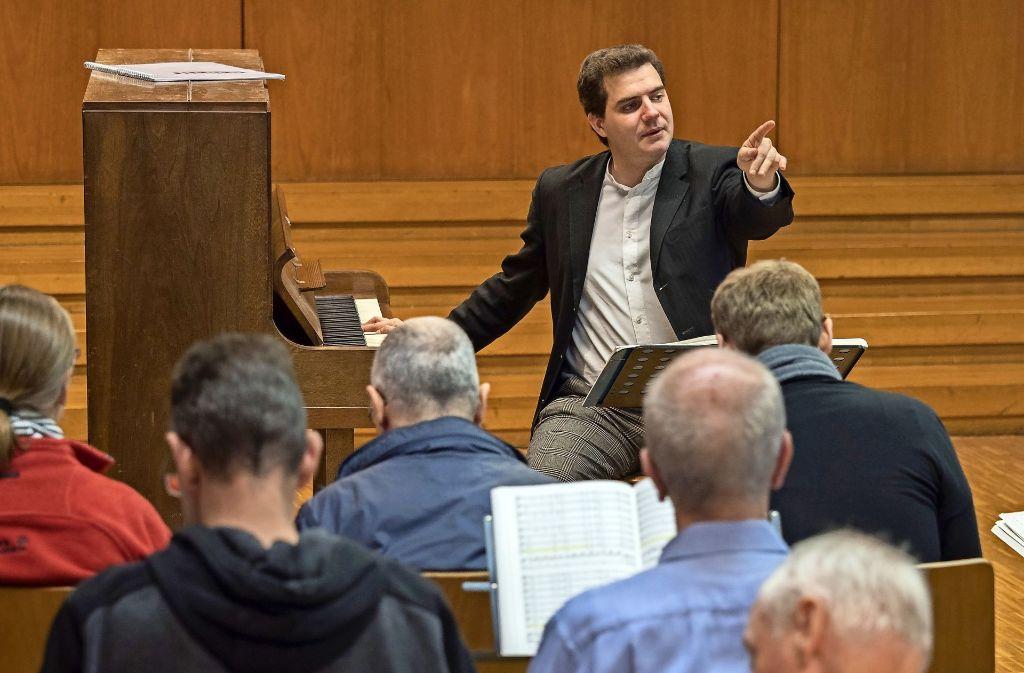 Anspruchsvoll: Nikolai Ott bei  einer Probe mit der Kantorei der Karlshöhe. Foto: factum/Weise