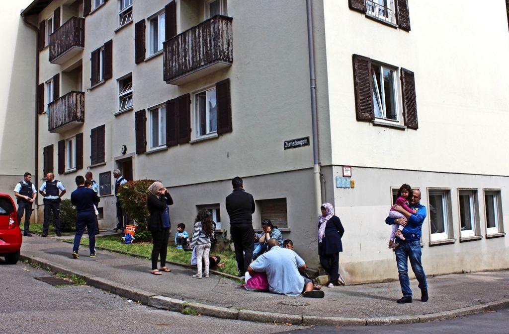 Der Abschied aus Botnang  ist vielen Flüchtlingen am vergangenen Montag sehr schwer gefallen. Foto: Torsten Ströbele