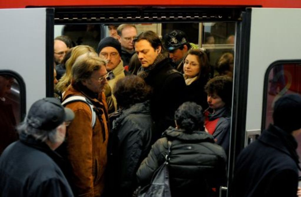 Eine S-Bahn mit Bremsstörung sorgt am Dienstagnachmittag für Behinderungen an der Haltestelle Feuersee. Foto: dpa/Symbolbild