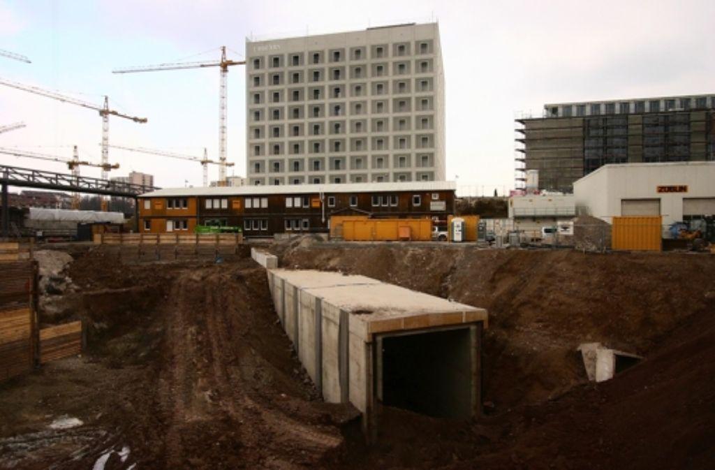 Der Beginn der Tunnelröhren ist in der Baugrube vor der Bibliothek sichtbar. Am Ende wird die Grube eingeebnet. Foto: red