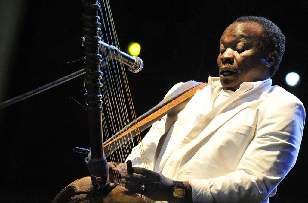 Mory Kanté bei einem Konzert im Jahr 2008 – er spielt die Kora, eine westafrikanische Harfe. Foto: AFP/Attila Kisbenedek