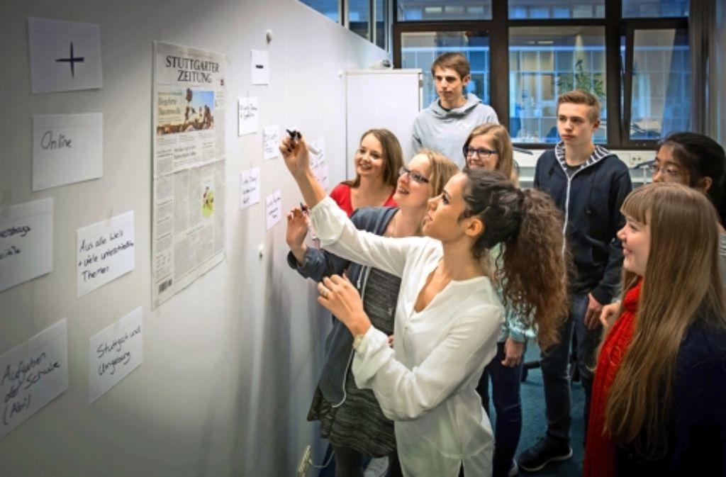 Die Jugendlichen überlegen, wie sie die Zeitung machen würden, wenn sie Chef wären. Foto: Achim Zweygarth