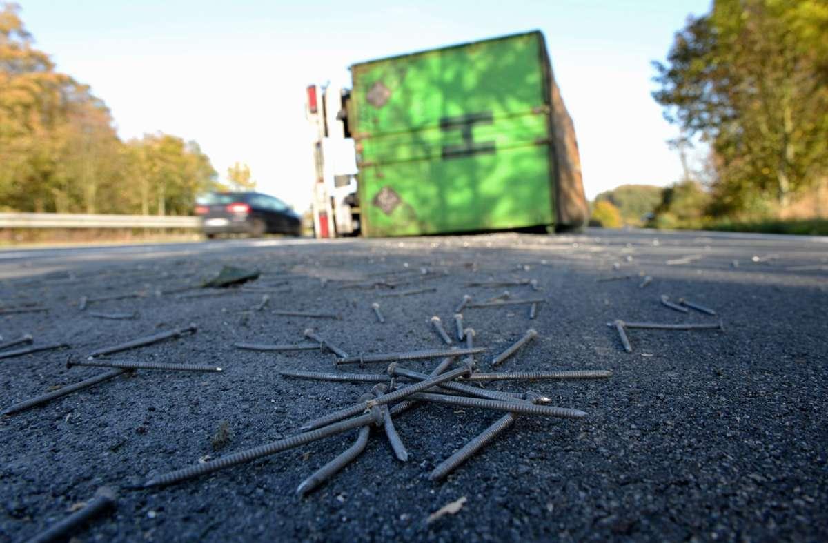 Die Nägel richteten Schaden an einem Auto an. Foto: dpa/Daniel Reinhardt