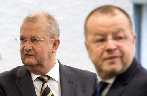 Wendelin Wiedeking (links) und der ehemalige Finanzvorstand Holger Härter vor Gericht. (Archivfoto) Foto: dpa