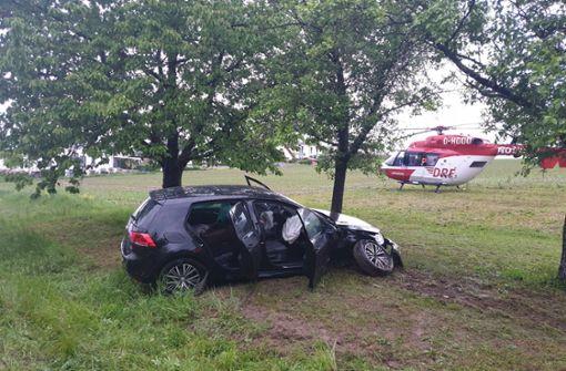 Auto prallt gegen Baum – Rettungshubschrauber im Einsatz