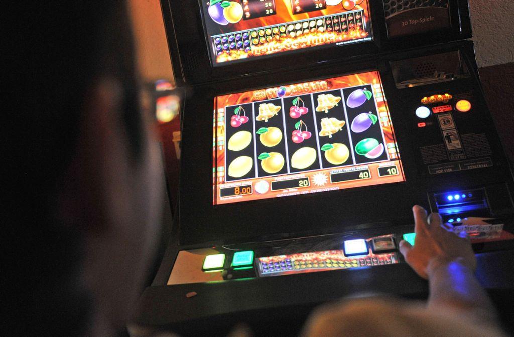 Zehntausende Euro werden in die Spielleidenschaft an  Automaten investiert. Foto: dpa