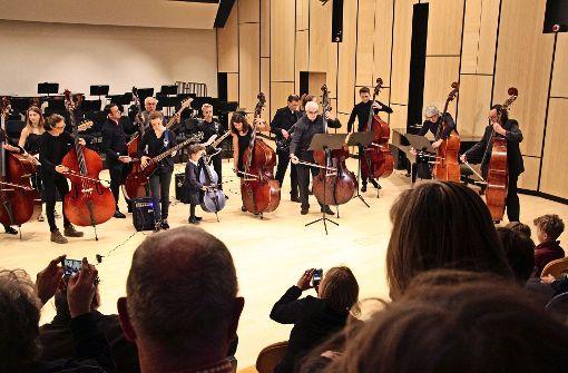 20  Bassisten  jeden Alters spielten am Samstagnachmittag gemeinsam im Konzertsaal   auf. Weitere Eindrücke von der Eröffnung des Filum gibt es in unserer Fotostrecke. Foto: Ralf Recklies