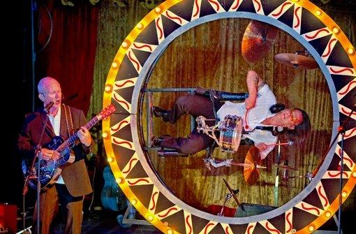 Michael Schulig an der Gitarre und Michael Gaedt  im Riesenradschlagzeug: Foto: Steinert