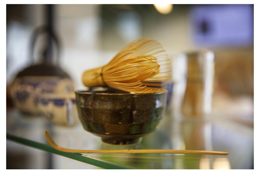 Der pulverförmige Matcha-Tee wird mit einem Bambusbesen aufgeschäumt. Foto: Gottfried Stoppel