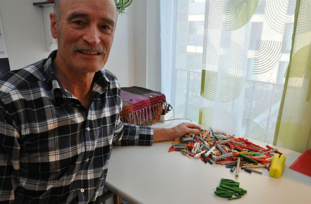Norbert Markus freut sich über neue Dübel für seine Sammlung. Foto: Claudia Leihenseder
