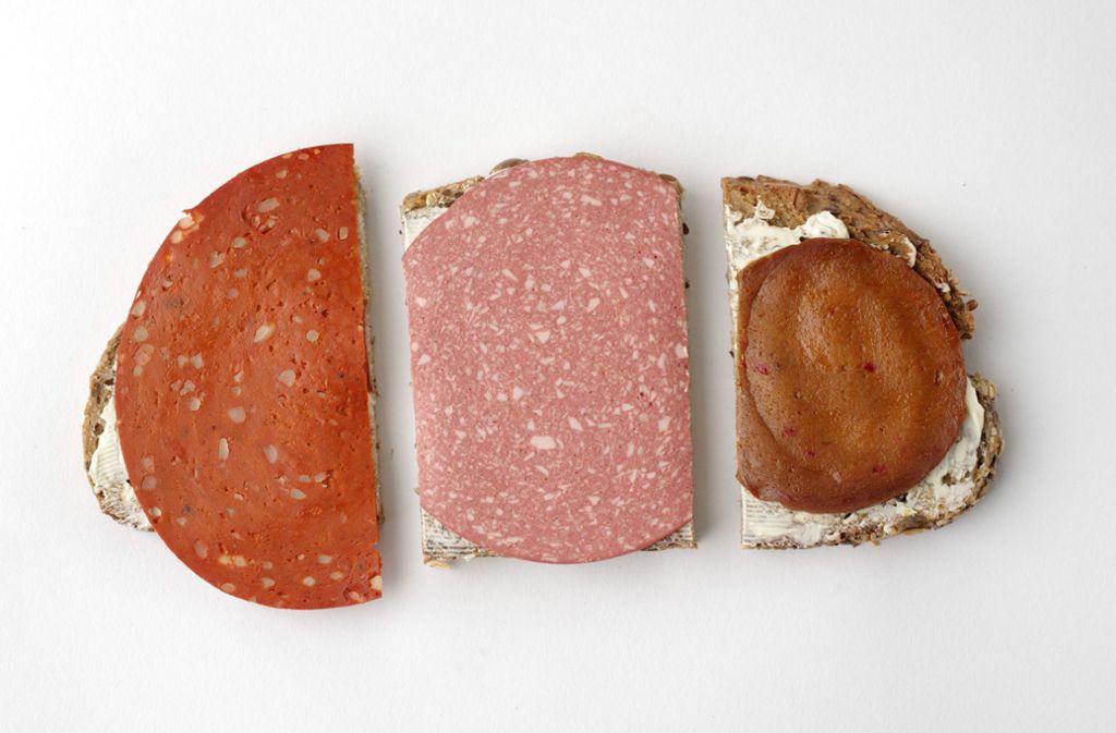 Sieht aus wie Salami – schmeckt aber oft deutlich anders. Vegetarische Wurst als Fleischersatz. Foto: Stiftung Warentest