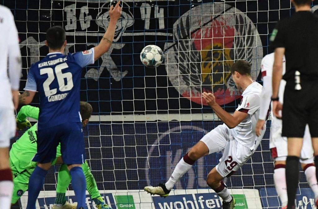 Der Nürnberger Patrick Erras köpft zum entscheidenden Tor gegen Karlsruhe ein. Foto: dpa/Uli Deck