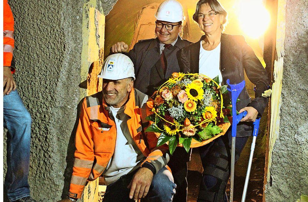 Polier Günther Weilharter, Manfred Leger, Chef der DB Projekt Stuttgart–Ulm, und Tunnelpatin Simone Herrmann freuen sich über den  Tunneldurchbruch. Foto: Lichtgut/Jan Reich