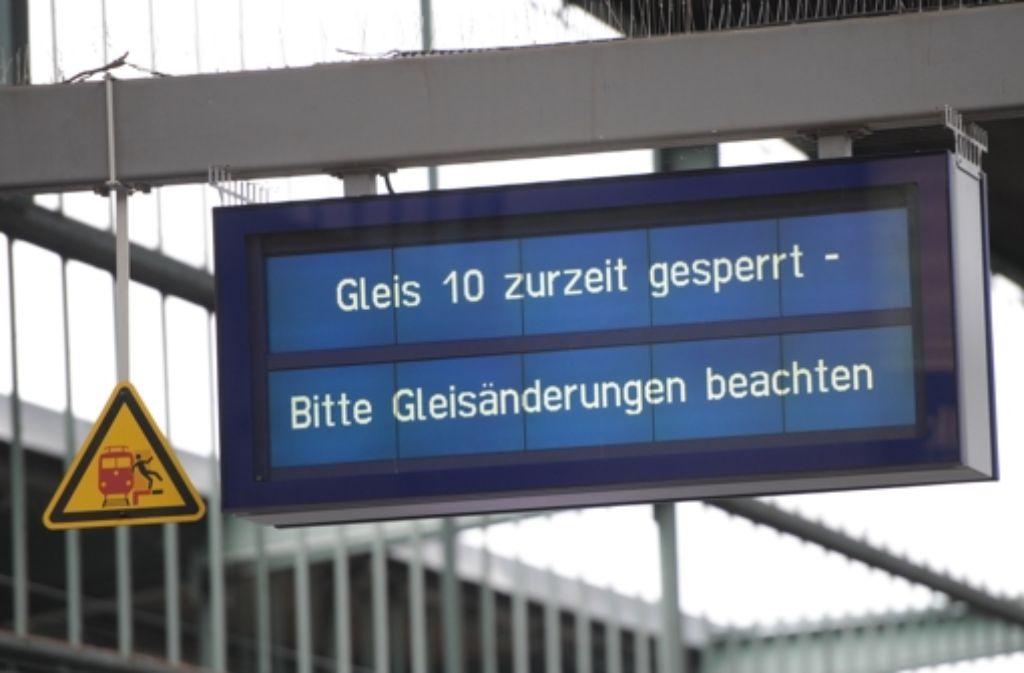 Drei Gleise am Stuttgarter Hauptbahnhof bleiben vorerst gesperrt. Dennoch soll es nur zu wenigen Einschränkungen im Zugverkehr kommen. Foto: dpa